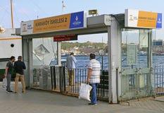 Leute überschreiten durch Tor zur Fähre in Istanbul, die Türkei Lizenzfreies Stockfoto