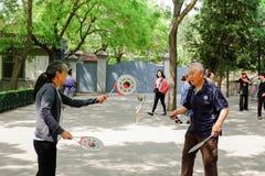Leute Active in einem Park Taoranting-Park ist ein bedeutender Stadtpark, der in Peking, China gelegen ist Lizenzfreies Stockbild