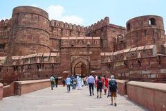 Leute an Agra-Fort in Indien stockbilder