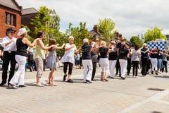Leute alles Alters zeichnen Tanzen in der Straße stockfotos