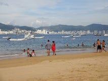 Leute am allgemeinen Strand in Acapulco Stockfotografie