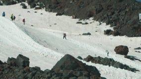 Leute alpinsts Touristen markieren Spur auf dem schneebedeckten steilen Berg der Höhe stock video