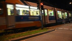 Leute-Antriebsauto auf der Straße von alter Stadt Heidelbergs gehen zu Sandhausen stock video