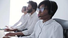 Leute arbeiten in der Kontakt-Mitte Frau in der Kopfhörer-Funktion stock video