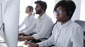 Leute arbeiten in der Kontakt-Mitte Frau in der Kopfhörer-Funktion stock video footage