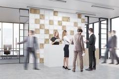 Leute arbeiten in einer Bürolobby mit mit Ziegeln gedecktem Weiß und woode Stockfotos