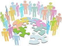 Leute arbeiten Entdeckungpuzzlespiel-Lösungsproblem zusammen Stockfoto