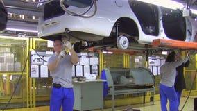 Leute arbeiten am Zusammenbau von Autos Lada auf Förderer der Fabrik AutoVAZ stock video