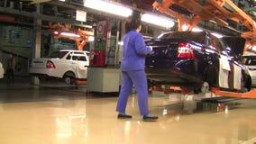 Leute arbeiten am Zusammenbau von Autos Lada auf Förderer der Fabrik AutoVAZ stock video footage