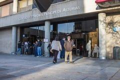 Leute außerhalb des öffentlichen Gebäudes, zum für spanische Parlamentswahlen 2015 zu wählen Stockfotografie