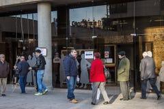 Leute außerhalb des öffentlichen Gebäudes, zum für spanische Parlamentswahlen 2015 zu wählen Lizenzfreies Stockbild