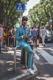 Leute außerhalb des Armani-Modeschaugebäudes für Milan Mens Gussnaht Stockfoto
