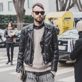 Leute außerhalb des Armani-Modeschaugebäudes für Milan Mens Mode-Woche 2015 Lizenzfreie Stockfotografie