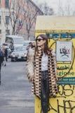 Leute außerhalb des Armani-Modeschaugebäudes für Milan Mens Mode-Woche 2015 Lizenzfreies Stockbild