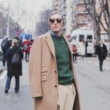 Leute außerhalb des Armani-Modeschaugebäudes für Milan Mens Mode-Woche 2015 Lizenzfreie Stockbilder