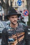 Leute außerhalb des Armani-Modeschaugebäudes für Milan Mens Mode-Woche 2015 Stockfoto