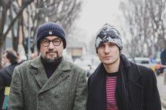 Leute außerhalb des Armani-Modeschaugebäudes für Milan Mens Mode-Woche 2015 Stockfotos
