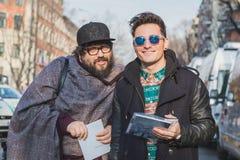 Leute außerhalb des Armani-Modeschaugebäudes für Milan Mens Mode-Woche 2015 Lizenzfreies Stockfoto