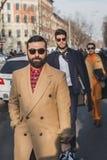 Leute außerhalb des Armani-Modeschaugebäudes für Milan Mens Mode-Woche 2015 Lizenzfreie Stockfotos