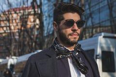 Leute außerhalb des Armani-Modeschaugebäudes für Milan Mens Mode-Woche 2015 Stockbilder
