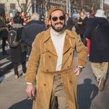 Leute außerhalb des Armani-Modeschaugebäudes für Milan Mens Mode-Woche 2015 Stockfotografie