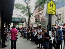 Leute außerhalb des B&H-Fotospeichers in Manhattan protestierend mit Zeichen fordernd Beendigung des Verband-Sprengens in den H stockfotos