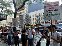 Leute außerhalb des B&H-Fotospeichers in Manhattan protestierend mit Zeichen fordernd Beendigung des Verband-Sprengens in den H lizenzfreies stockfoto