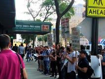 Leute außerhalb des B&H-Fotospeichers in Manhattan protestierend mit Zeichen fordernd Beendigung des Verband-Sprengens in den H lizenzfreies stockbild
