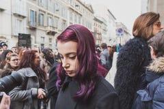 Leute außerhalb des Cavalli-Modeschaugebäudes für Milan Mens Mode-Woche 2015 Lizenzfreie Stockfotografie