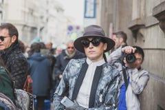 Leute außerhalb des Cavalli-Modeschaugebäudes für Milan Mens Mode-Woche 2015 Stockfotografie