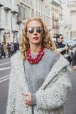 Leute außerhalb des Cavalli-Modeschaugebäudes für Milan Mens Mode-Woche 2015 Lizenzfreie Stockfotos