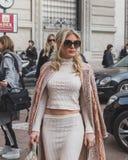 Leute außerhalb des Ferragamo-Modeschaugebäudes für Milan Womens Lizenzfreie Stockfotografie