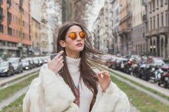 Leute außerhalb des Gucci-Modeschaugebäudes für Milan Womens Fas Stockbild