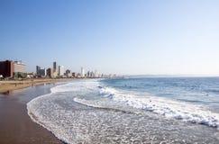 Leute auf Addington-Strand gegen Durban-Stadt-Skyline Lizenzfreies Stockfoto