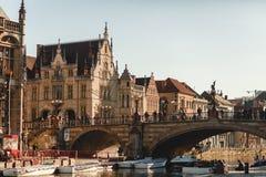 Leute auf alter Brücke über Kanal in Gent, Belgien lizenzfreie stockfotos