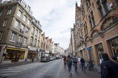 Leute auf Bürgersteig von Brügge Stockfoto