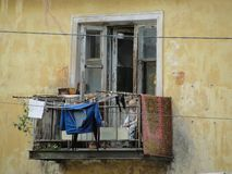 Leute auf Balkon des armen Viertels stockbild