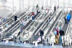 Leute auf beweglicher Rolltreppenbewegungsunschärfe lizenzfreie stockfotografie