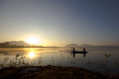 Leute auf Boot im See Stockfotos