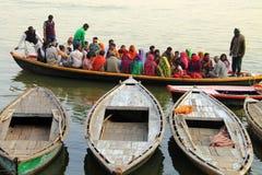 Leute auf Boot in Indien Lizenzfreies Stockbild
