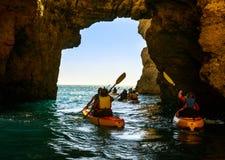 Leute auf Booten im Meer Lizenzfreies Stockfoto