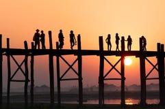 Leute auf Brücke Lizenzfreies Stockbild