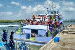 Leute auf Crowded Fähre das Ausschiffen erwartend stockbilder