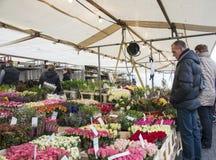 Leute auf dem Blumenmarkt in Holland Stockfotos