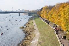 Leute auf dem Damm Afanasy Nikitin Stockfoto