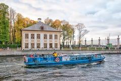 Leute auf dem Exkursionsboot Garten am Sommer St Petersburg Lizenzfreies Stockfoto