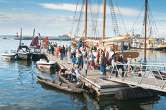 Leute auf dem Feiern an den des Tallinns Seetagen Lizenzfreie Stockbilder