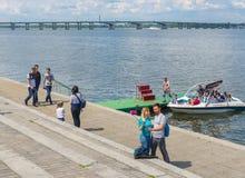 Leute auf dem Fluss Dnepr-Damm während Victory Day-Feiern Stockfoto