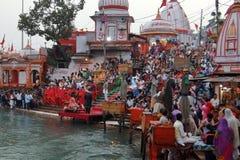Leute auf dem Ganga-Flussdamm, Har Ki Pauri Har Ki Pauri ist ein berühmtes ghat auf den Banken des Ganges in Haridwar Stockbilder