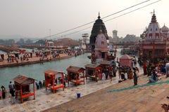 Leute auf dem Ganga-Flussdamm, Har Ki Pauri Har Ki Pauri ist ein berühmtes ghat auf den Banken des Ganges in Haridwar Lizenzfreie Stockfotos